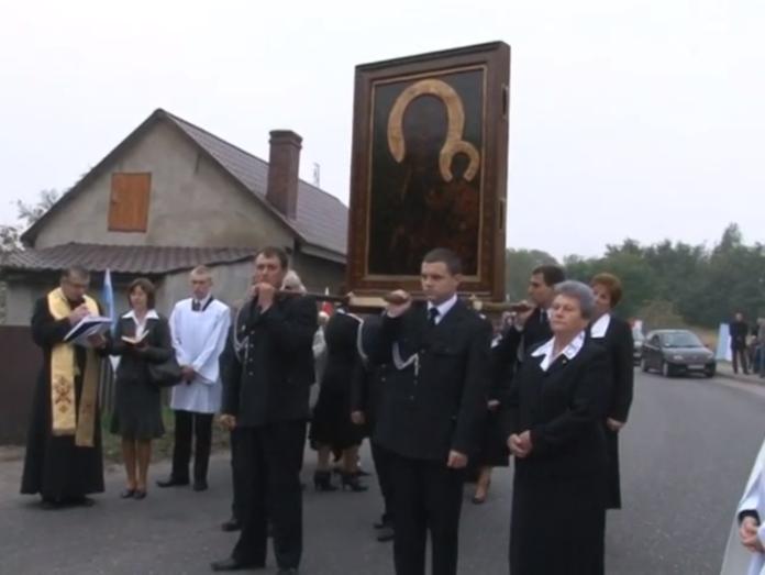 Obraz niesiony przez strażaków w Biskupicach Ołobocznych