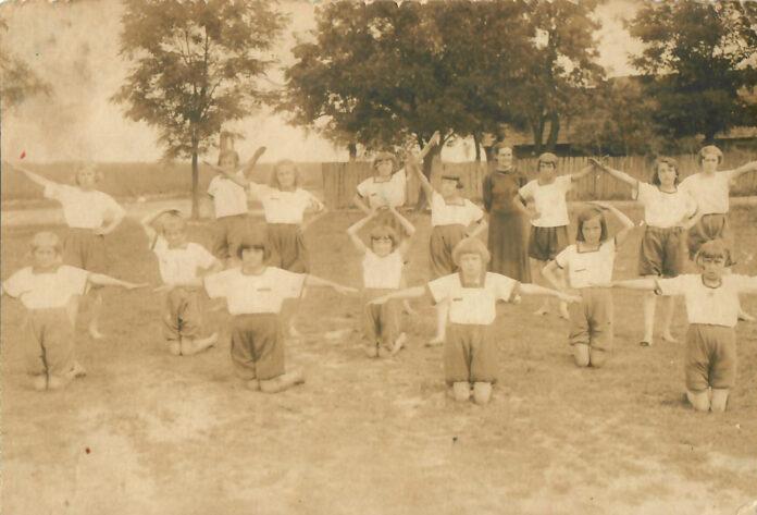 Dzieci szkolne z Biskupic Ołobocznych podczas ćwiczeń z Panią Okrucińską